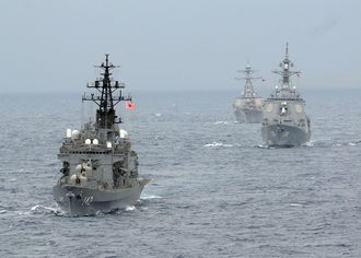 DDH-142 Hiei (left), a Haruna-class destroyer, in 2009